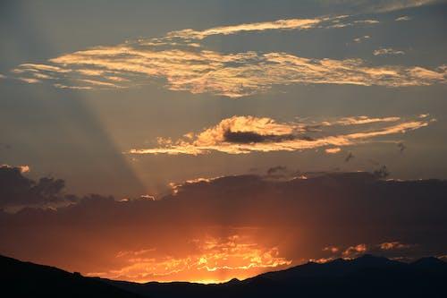 açık, arkadan aydınlatılmış, bulutlar, dağ içeren Ücretsiz stok fotoğraf