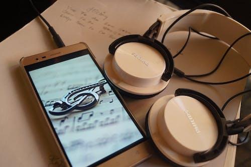 Foto stok gratis buku notes, data, dokumen, headphone