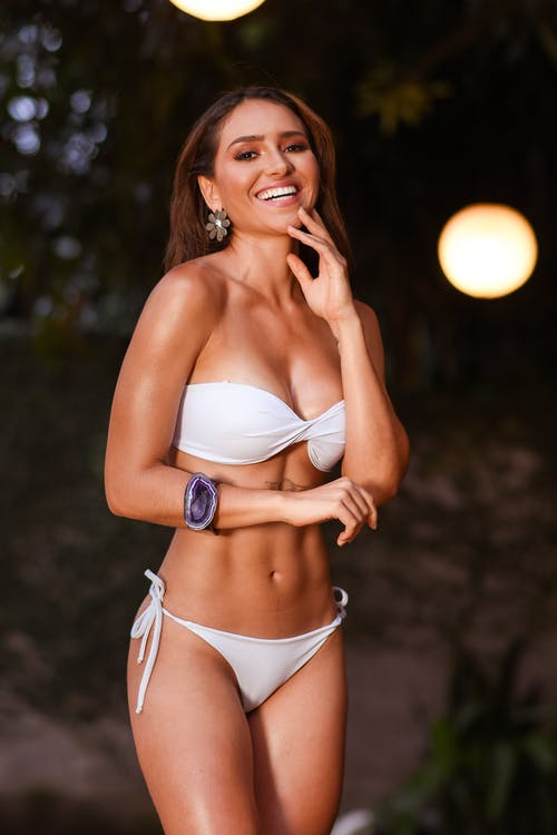Darmowe zdjęcie z galerii z biały, bikini, bransoletka, ciało pozytywne