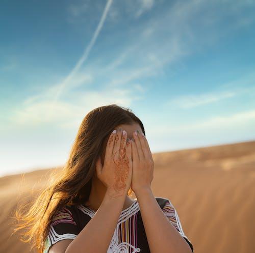 Foto profissional grátis de acanhado, areia, bonita, cabelo