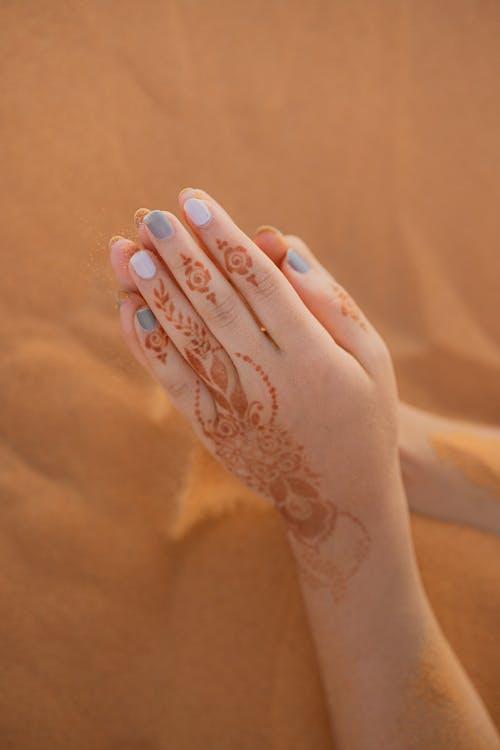 Foto profissional grátis de afeição, amor, areia, carinho