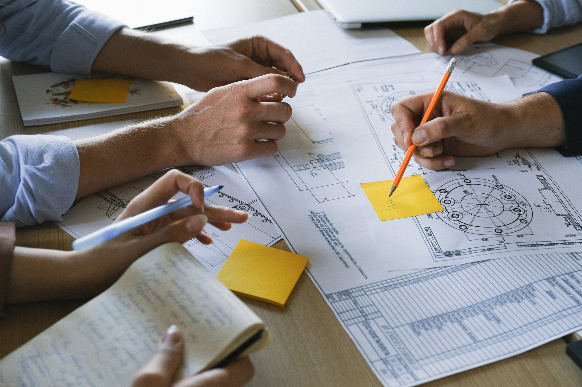 Erros comuns ao gerir uma empresa: a falta de análise do mercado, que é o que está na imagem.
