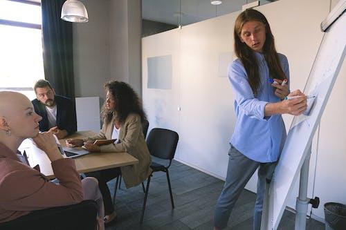 Бесплатное стоковое фото с анализировать, беседа, в помещении