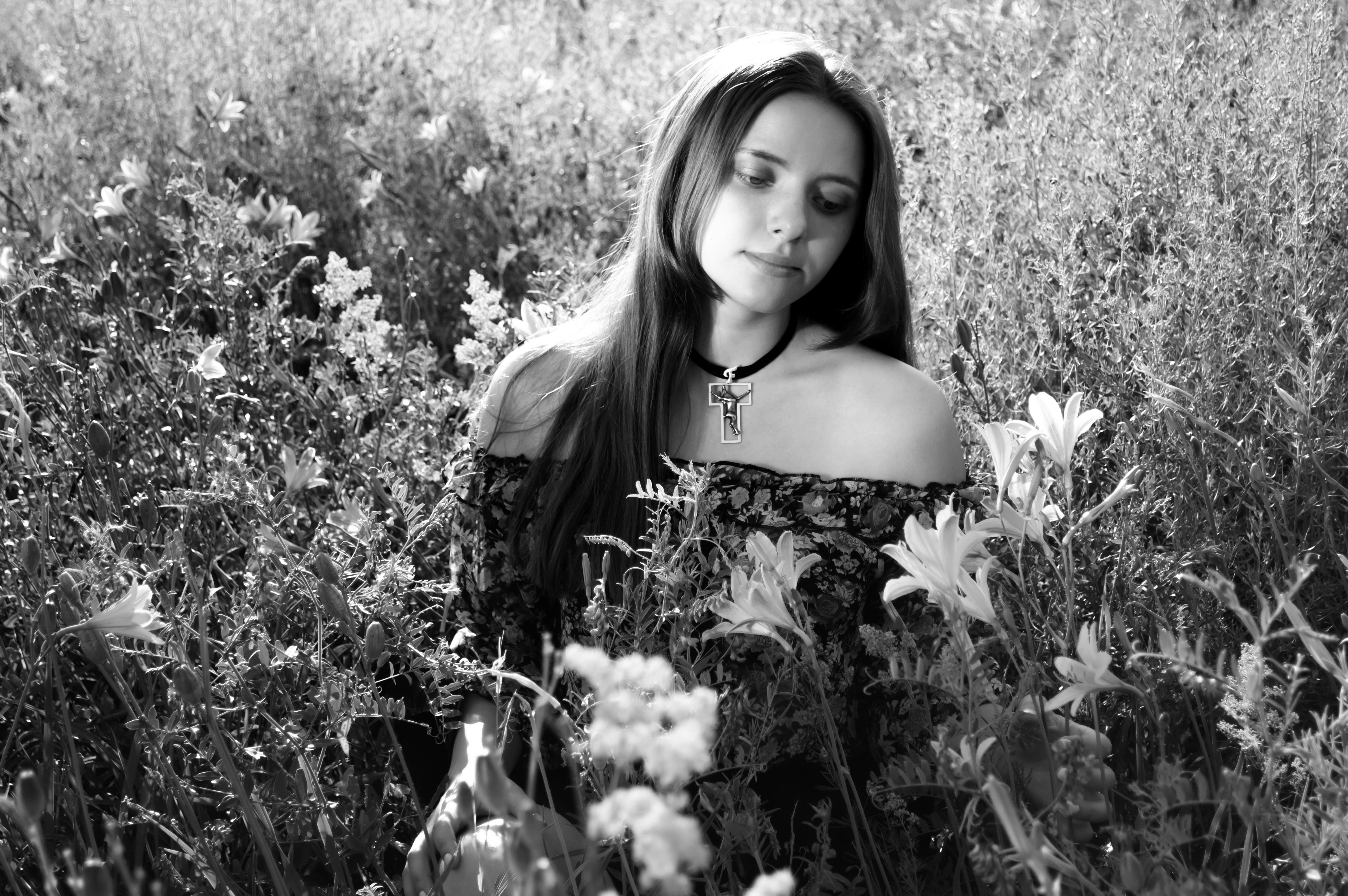 Fotos de stock gratuitas de actitud, belleza, blanco y negro, bonita