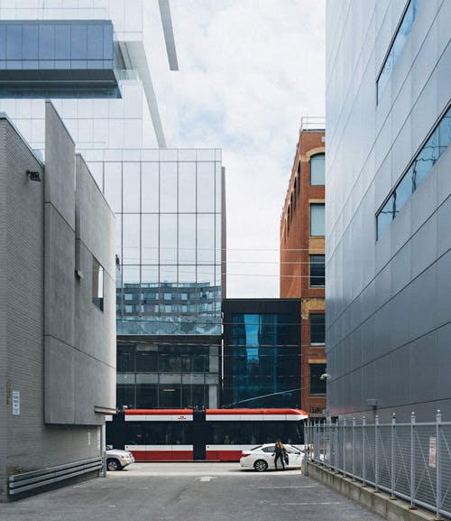 Foto d'estoc gratuïta de anar de casa a la feina, arquitectònic, arquitectura, carrer