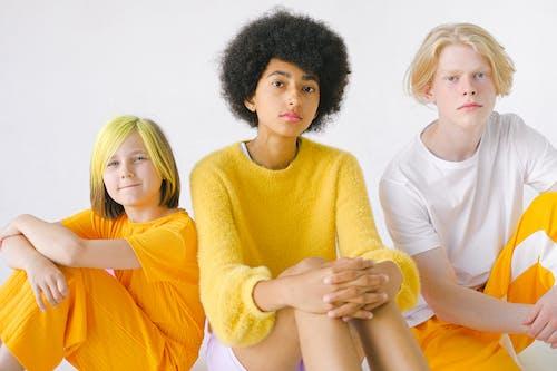 Ilmainen kuvapankkikuva tunnisteilla afro, asu, college-pusero