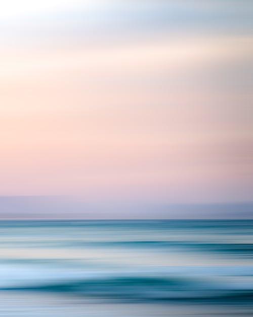 浅粉红色的天空下的海洋的壮丽景色