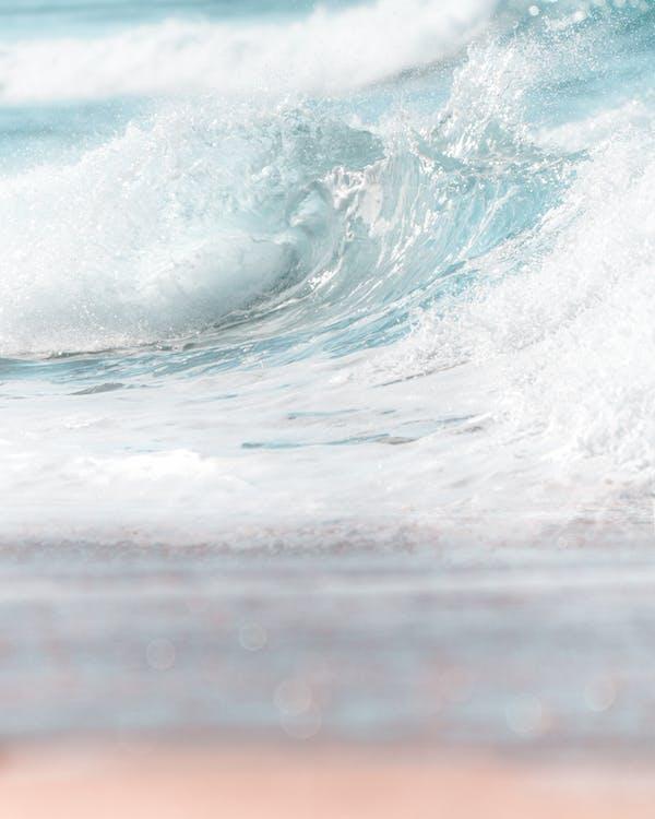 Reine Spritzende Meereswelle Bei Tageslicht