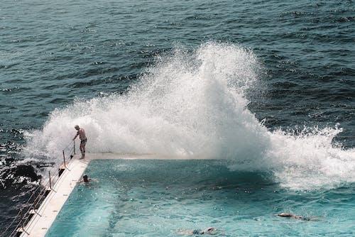 Olas Del Mar Chapoteando En La Piscina Al Aire Libre