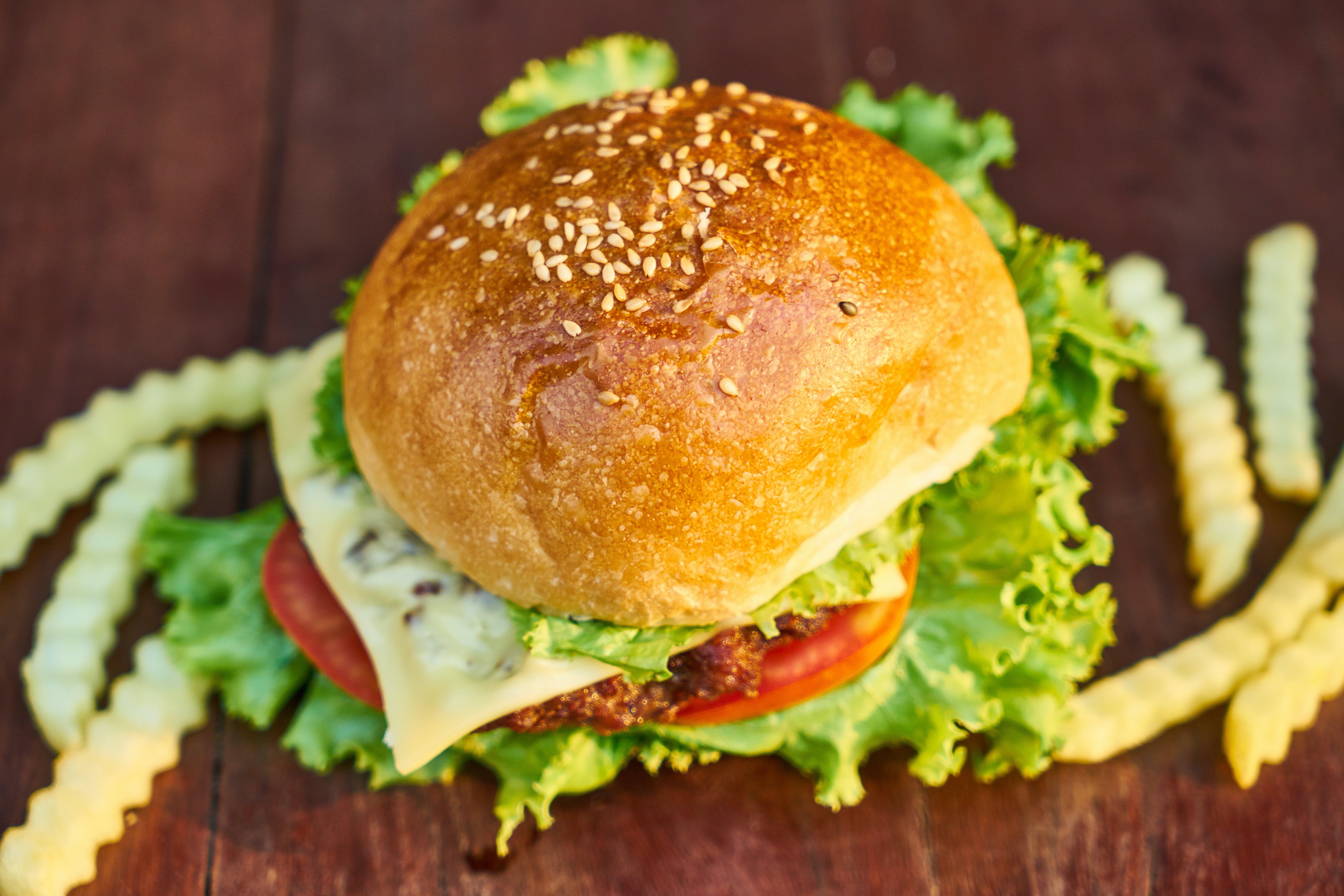 burger, cheeseburger, çörek, domates içeren Ücretsiz stok fotoğraf