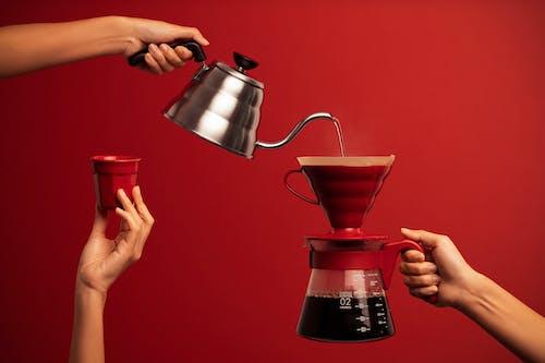 Persona Sosteniendo Una Cafetera De Acero Inoxidable