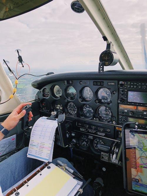 Darmowe zdjęcie z galerii z dorosły, granatowy, helikopter, kokpit