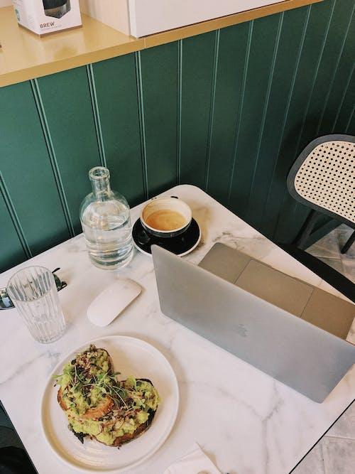 Kostenloses Stock Foto zu avocado toast, café, drinnen, essen