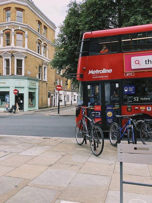 Kostenloses Stock Foto zu architektur, bürgersteig, bus, doppeldecker-bus