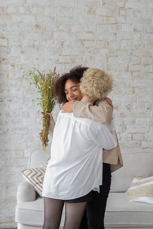 会議中に抱き締める多民族の幸せな女性
