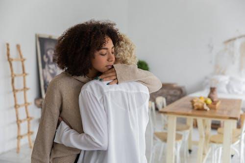 部屋で抱きしめる多民族の女性