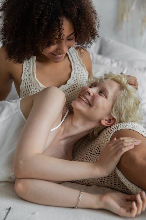 Người Phụ Nữ Mặc áo Tăng Trắng Nằm Trên Giường