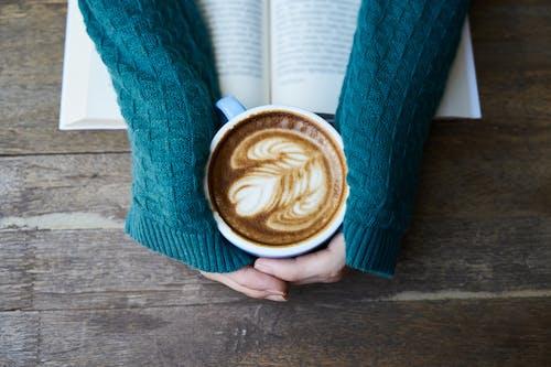 Základová fotografie zdarma na téma caffè latte, caffè latte art, číst, design