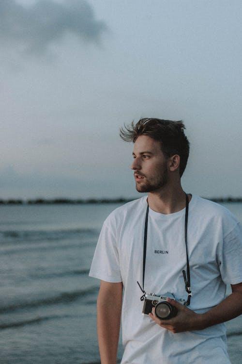 Nachdenklicher Fotograf, Der Nahe Meerwasser Steht