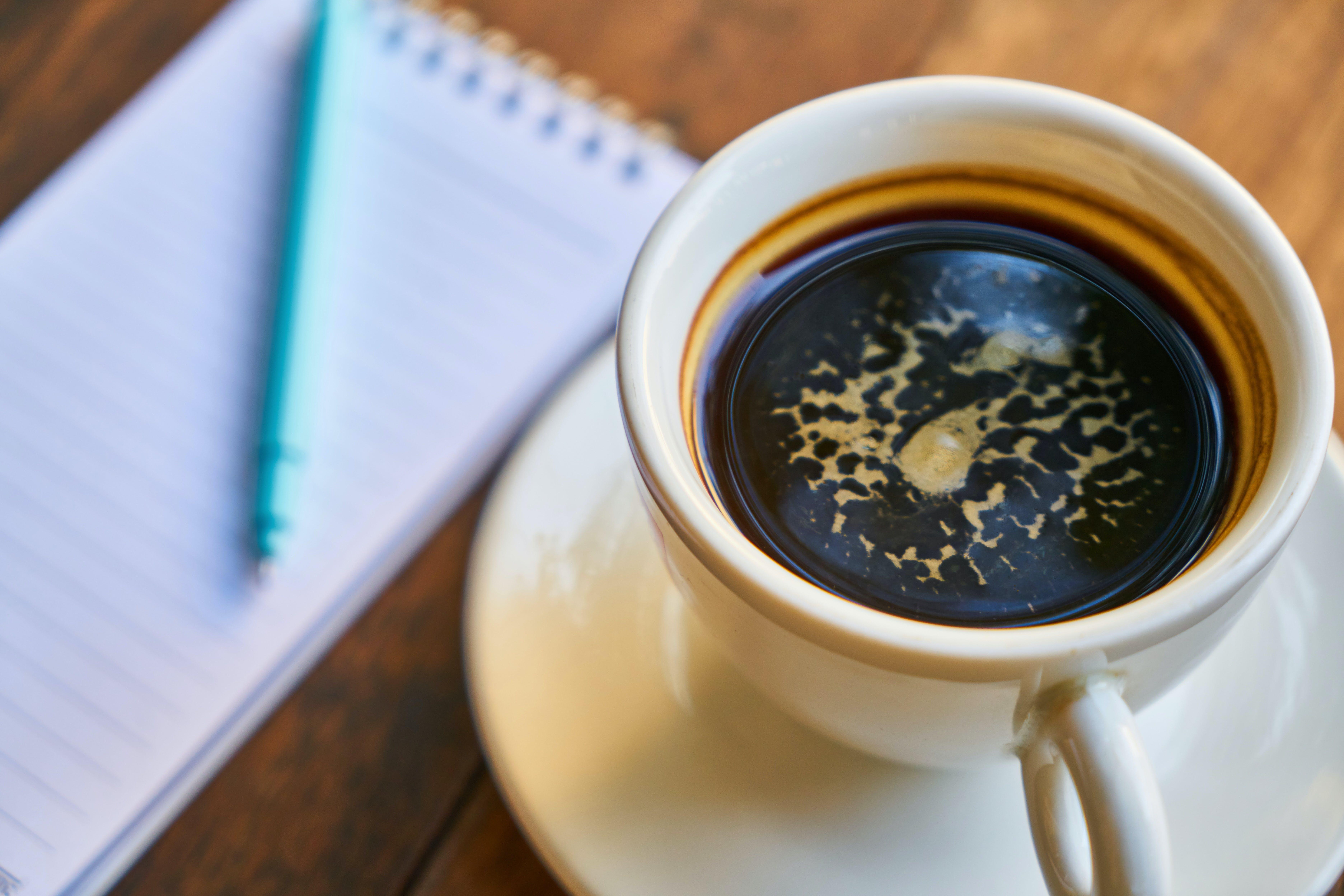 de aroma, bloc de notas, bolígrafo, café