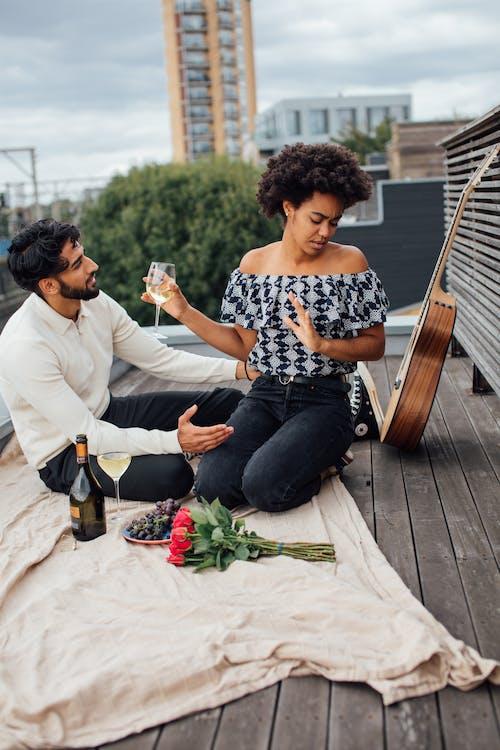 Mann Und Frau Sitzen Auf Brauner Holzbank