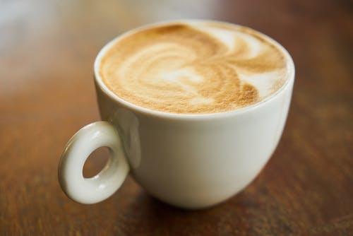 Základová fotografie zdarma na téma bílá, caffè latte, caffè latte art, dřevo