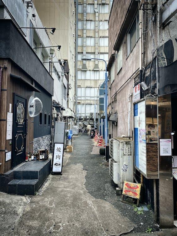 간판, 건물, 골목의 무료 스톡 사진