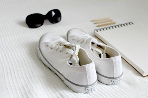Foto d'estoc gratuïta de accessori, bloc de notes, calçat, calçat esportiu