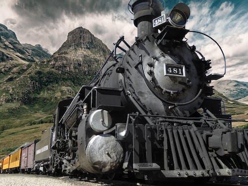 Бесплатное стоковое фото с гора, двигатель, железная дорога, колея