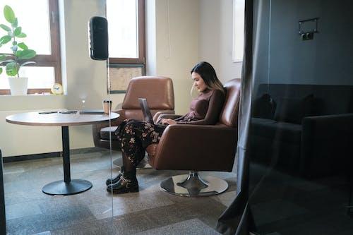 在現代的辦公室里工作期間使用筆記本電腦的職業女性