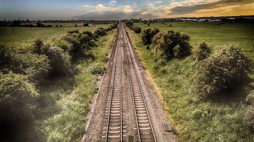 Δωρεάν στοκ φωτογραφιών με αγροτικός, ατμομηχανή, γήπεδο, γραμμές τρένου