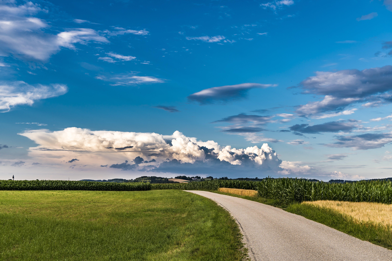 Darmowe zdjęcie z galerii z błękitne niebo, chmury, droga, gospodarstwo