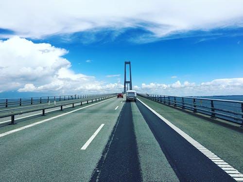 arabalar, araç kullanmak, asfalt, bulutlar içeren Ücretsiz stok fotoğraf