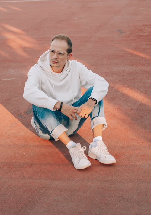 Darmowe zdjęcie z galerii z biały, bluza z kapturem, boisko sportowe, całe ciało