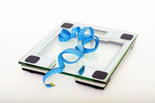 Metr a váha pro změření dítěte