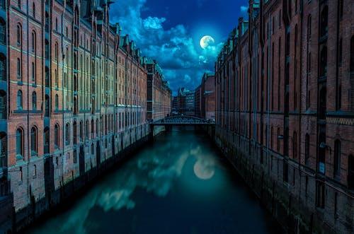 Photos gratuites de architecture, bâtiments, bord de l'eau, canal
