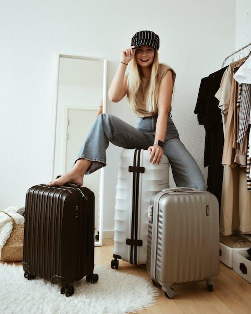 Gratis stockfoto met #meisje, #reizen, aktetas, bagage