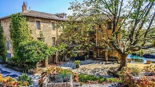 Foto profissional grátis de arquitetura, árvores, casa, cobertura