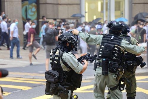 Fotos de stock gratuitas de acción, arma, bandera