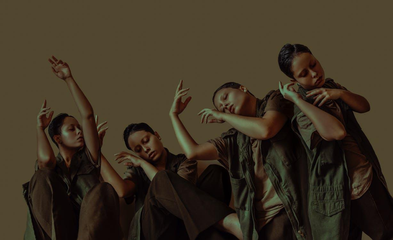 Grupo De Mujeres Bailan En Estudio