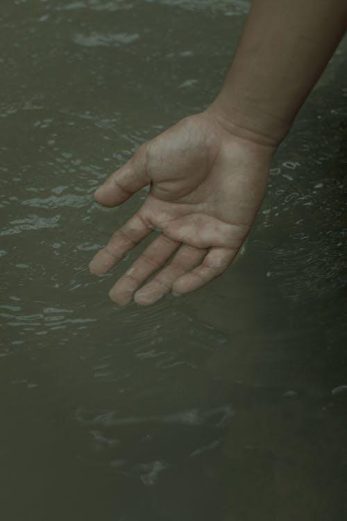 Person, Die Sauberes Wasser Mit Der Hand Berührt