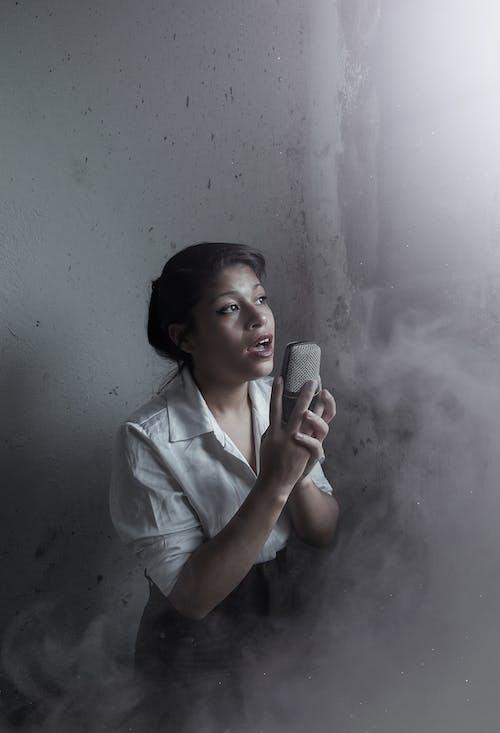 Základová fotografie zdarma na téma 20-25 letá žena, chlapec, déšť, dítě