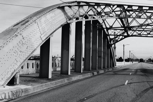 Základová fotografie zdarma na téma černobílý, most, ulice
