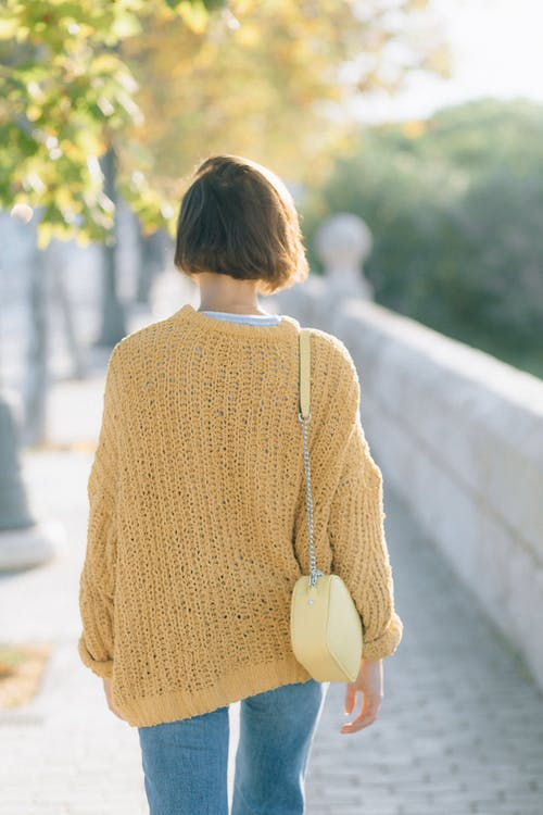 Kostnadsfri bild av denim byxor, kort hår, kvinna