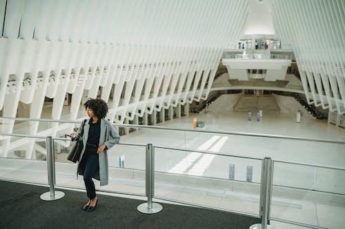 Darmowe zdjęcie z galerii z architektura, bagaż, biuro