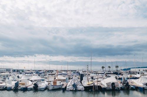 Weiße Und Blaue Boote Auf See Unter Weißen Wolken