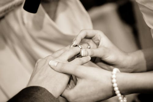 Gratis stockfoto met bruiloft, handen, huwelijk, koppel