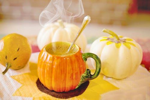 Darmowe zdjęcie z galerii z café com leite tempéré de abóbora, ciepły, cukier