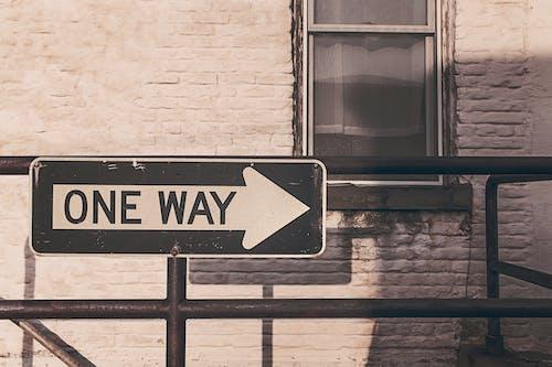 Kostnadsfri bild av enkel, gata, pil, riktning