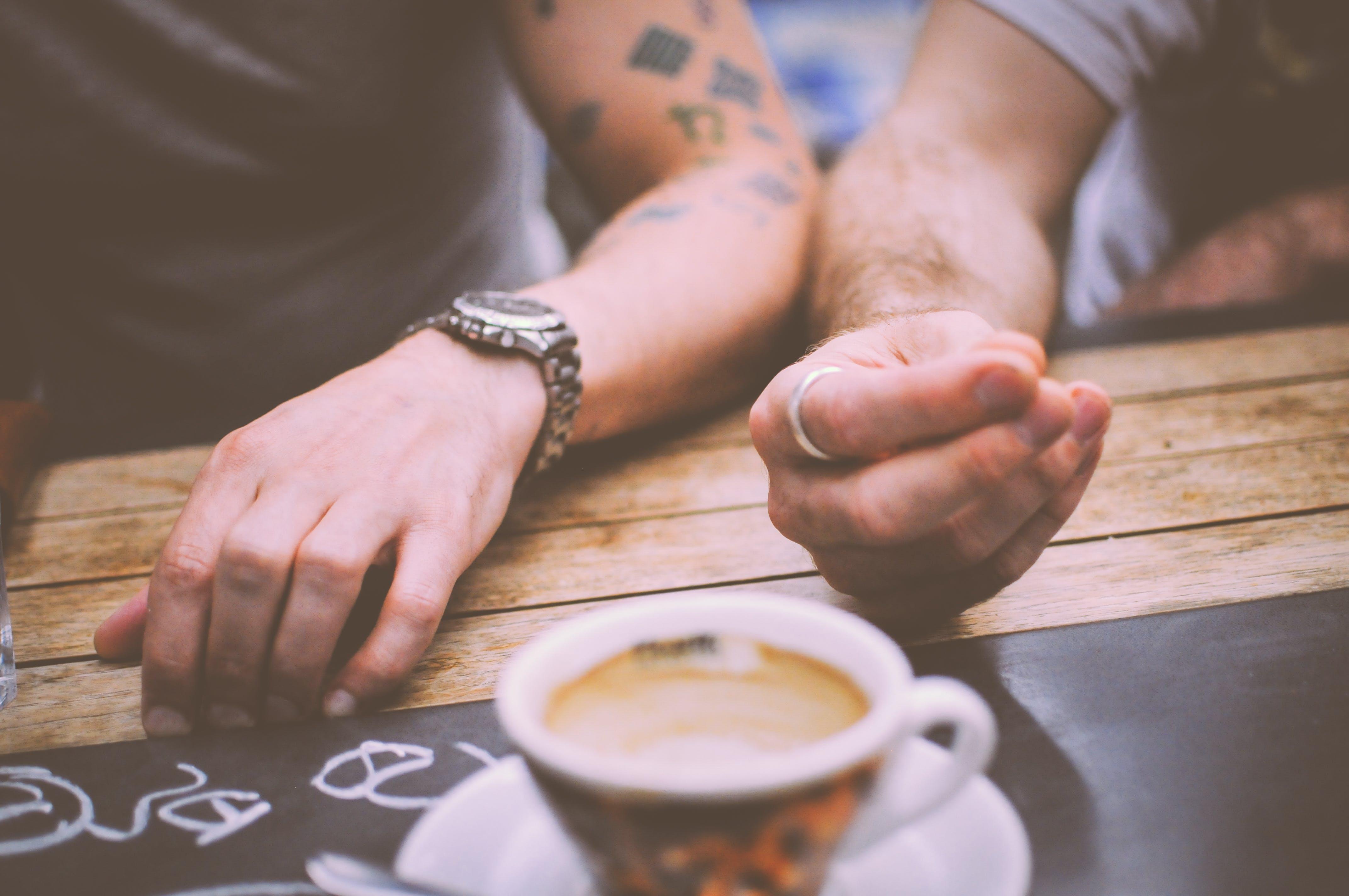 Kostenloses Stock Foto zu armbanduhr, cappuccino, freunde, hände